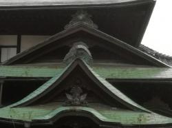 道後温泉本館 又新殿の玄関の屋根瓦「龍、鳳凰、湯玉」