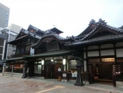 道後温泉本館 神の湯(左) 、唐破風玄関(中央)、入母屋玄関(右)