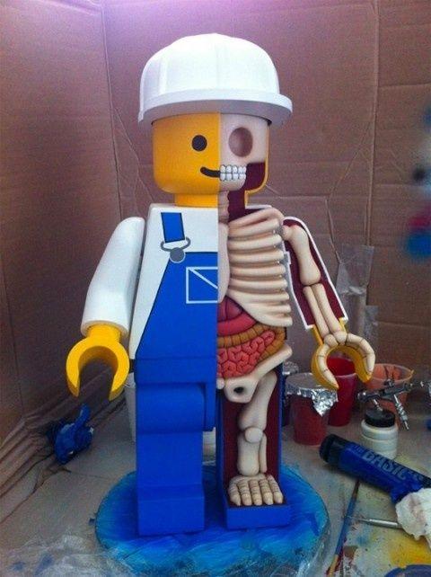 解剖された巨大レゴ人形(ジェイソン・フリーニーさんの作品)