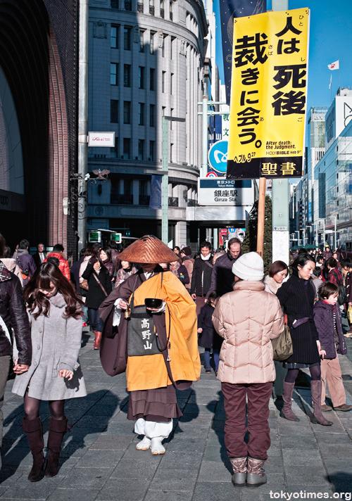 仏教徒とキリスト教徒とが銀座の街角に超然と立つ