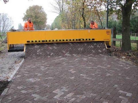石畳をカーペットを敷くように敷き詰めていくマシン「Tiger Stone」