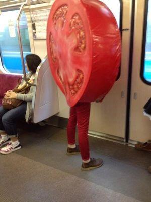 小田急線に出没したトマト人間
