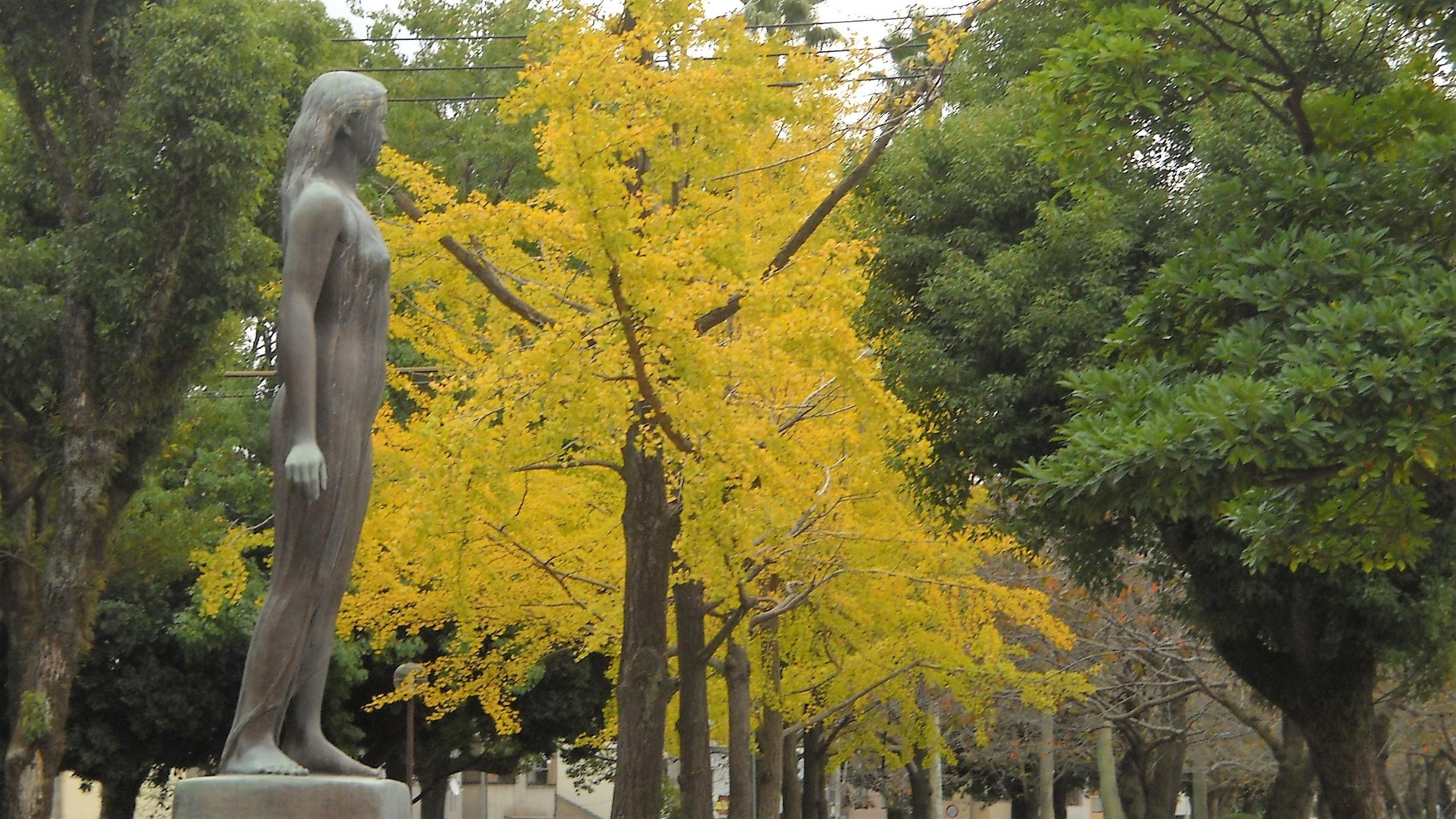 彫像と黄葉