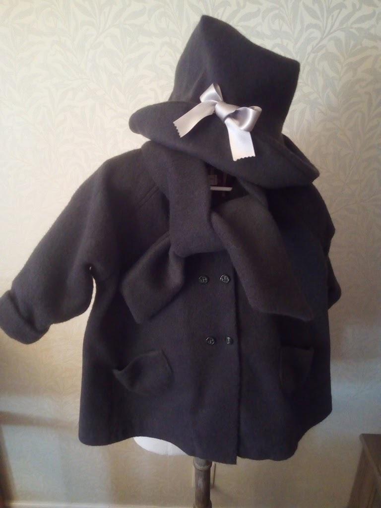 女の子のコートと帽子