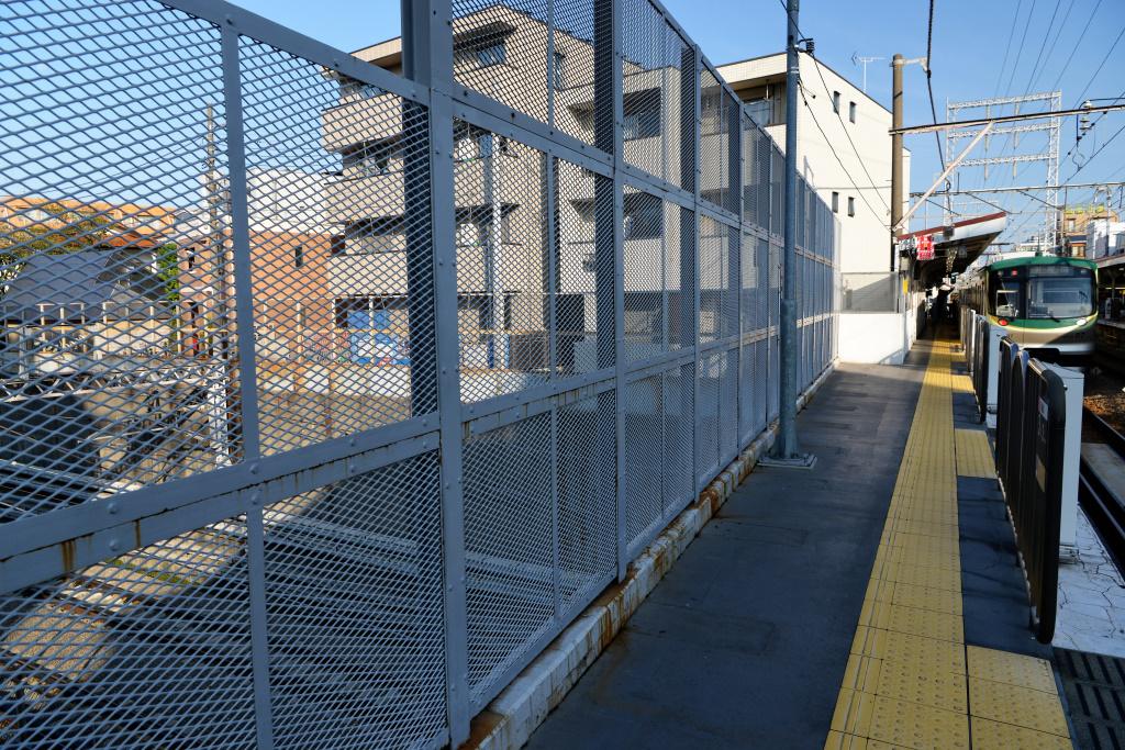 東海道新幹線を跨ぐ御嶽山駅ホーム
