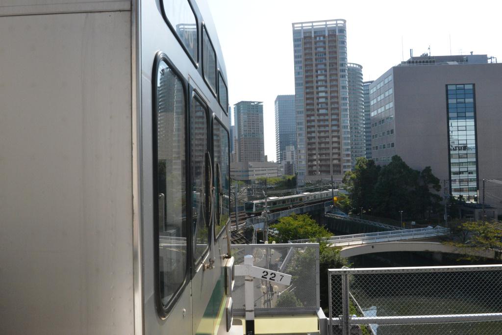 目黒川を渡る埼京線電車