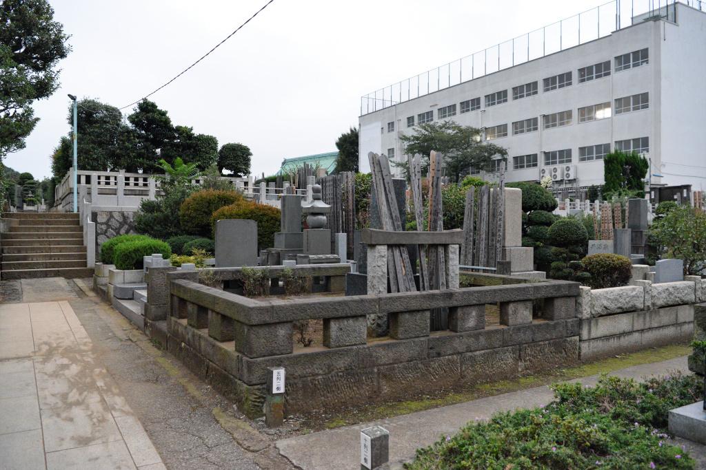 墓地と本堂と小学校