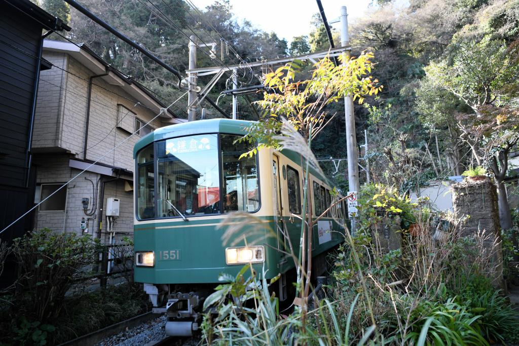 トンネルを出てきた江ノ電