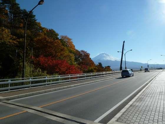 河口湖大橋から眺める秋の紅葉と絶景富士