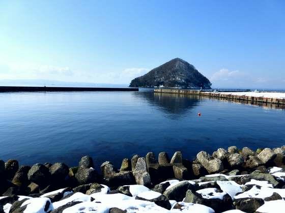 浅虫温泉の海岸から見る湯の島