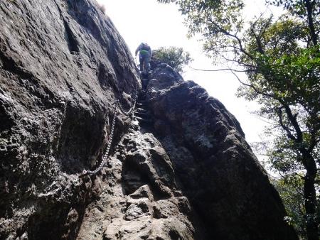 岩のクサリ場