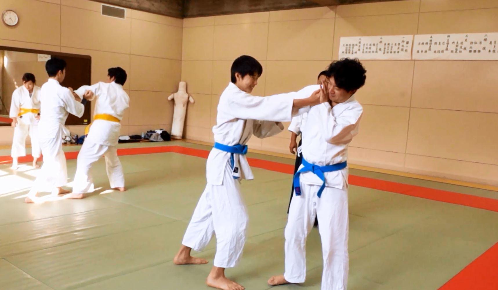 肘を制する(逆腕捕)1