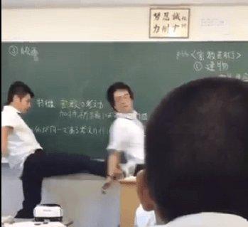 博多高校の授業中、生徒が先生を蹴るなど暴行!