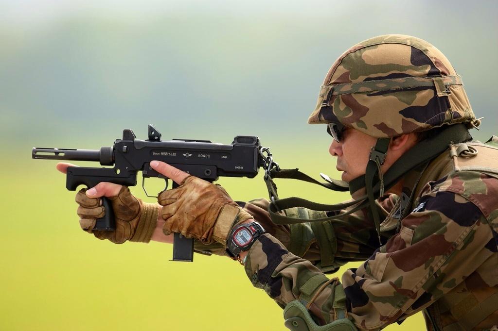 航空自衛隊の9mm機関けん銃(短機関銃)