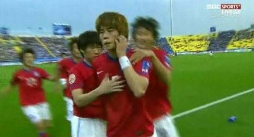 【旭日旗問題】発端はサッカー韓国代表キソンヨン選手が猿真似し日本人を侮蔑したことの画像2-1