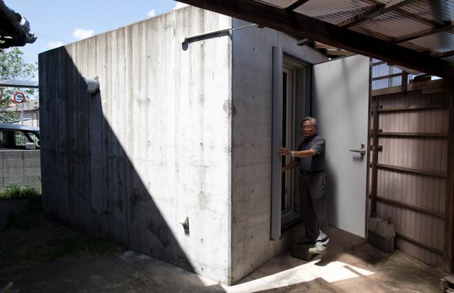 畔取(くろとり)義彦さんがミサイル攻撃や津波から身を守るため自宅庭に設けたシェルター