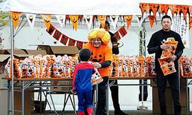 【山口組】「ハッピーハロウィーン」組員が菓子配る!5-4