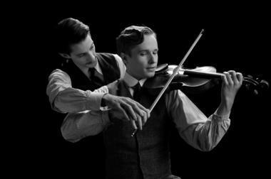 『婚約者の友人』 アドリアン(ピエール・ニネ)はフランツアントン・フォン・ラック)にバイオリンを教えたと語る。映画ではカラーとなるシーン。