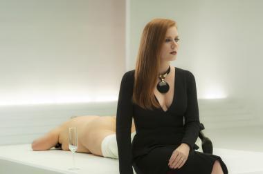 トム・フォード 『ノクターナル・アニマルズ』 スーザン(エイミー・アダムス)はアートギャラリーのオーナーとして成功をつかんでいる。その後ろにあるのは……。