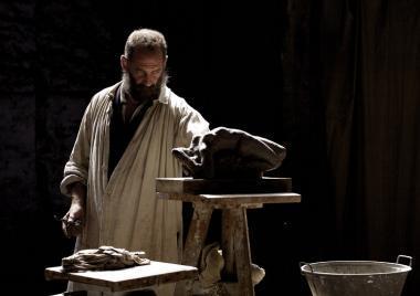 ジャック・ドワイヨン 『ロダン カミーユと永遠のアトリエ』 ロダン(ヴァンサン・ランドン)のアトリエのシーン。陰影に富んだ撮影が印象的。