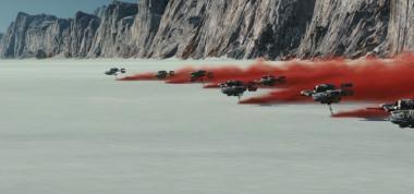 『スター・ウォーズ/最後のジェダイ』 ルークとカイロ・レンの闘いの舞台と塩の惑星。塩の大地の下に赤土があり、それが巻き上げられるという設定らしい。
