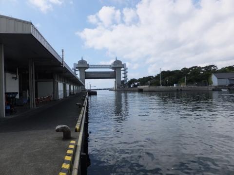 沼津港内港・沼津魚市場INO(イーノ)と「びゅうお」