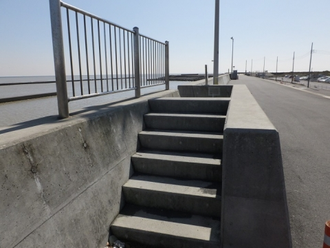 相模川防潮堤の階段