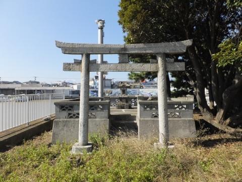 須賀港入口石造りの神社