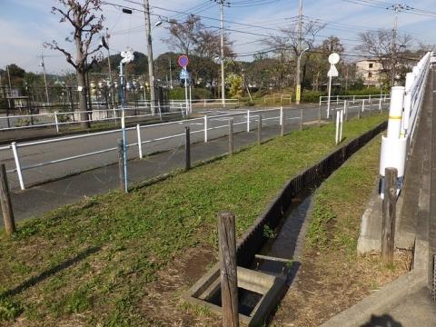 町田市・山崎川付近を流れる水路