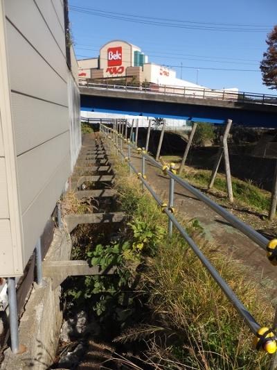 鶴見川旧河道沿いの用水路・新鎧橋付近