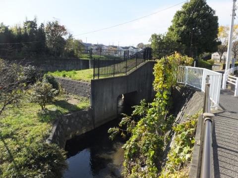 鶴見川と調整池排水施設・町田市上小山田町