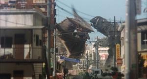 ガメラ:大怪獣空中決戦 ミニチュア奥に怪獣