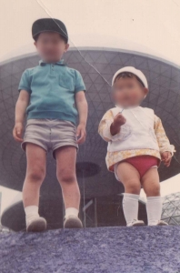 妹と住友童話館前にて