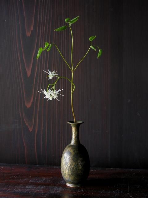 000 古銅 青銅王子形水瓶 王子形水瓶 – 第二室 仏教美術 イカリソウ s23 総高14.4cm 胴径6.1cmに縮小