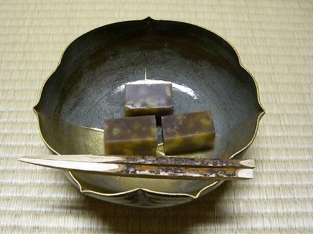 0000 茶席の和菓子 「秋鹿」は、栗の実が鹿の背に似ている