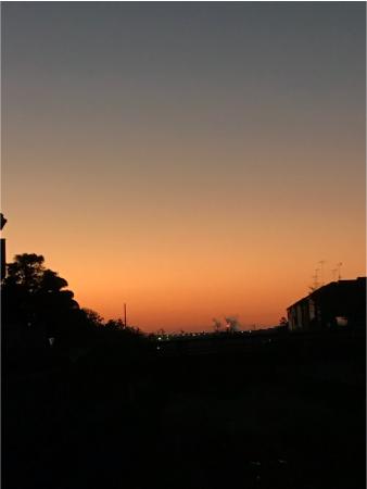 夜明け前の道