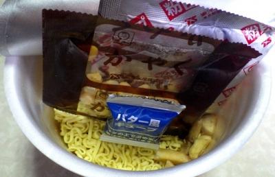 11/6発売 でかまる じゃがバター風味コーン塩ラーメン(内容物)