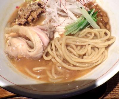 麺と心 7 秋刀魚醤油そば ~四種の肉盛り~(麺のアップ)
