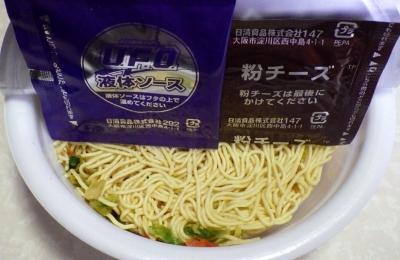 11/6発売 日清焼そば U.F.O. チーズカレー(内容物)