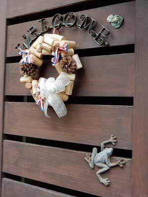 玄関先を飾るカエルたち
