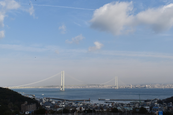 淡路島から 明石海峡大橋越しに神戸市街を望む