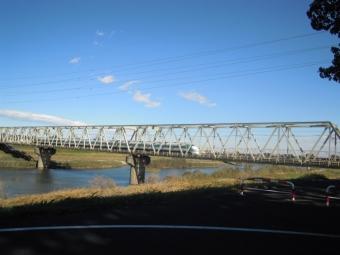 振り返って新幹線の下を通って171111