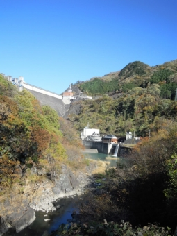 ダムの下にある道から171112
