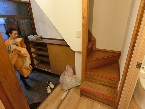 目白台シェアハウス玄関階段