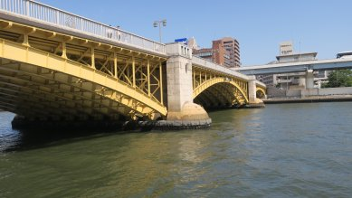 蔵前橋・3径間上路式綱製ヒンジアーチ橋