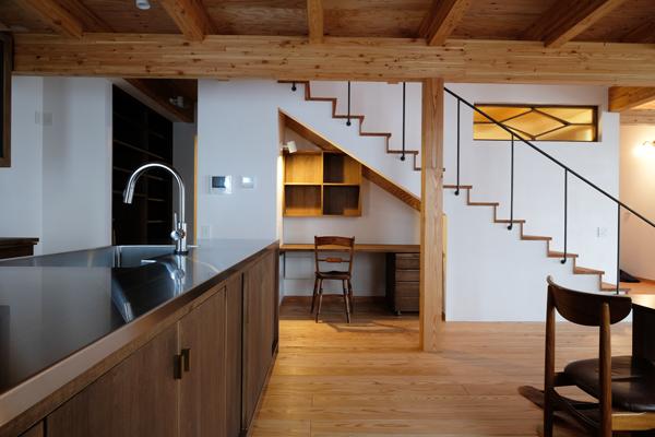 折り重なる屋根の家02