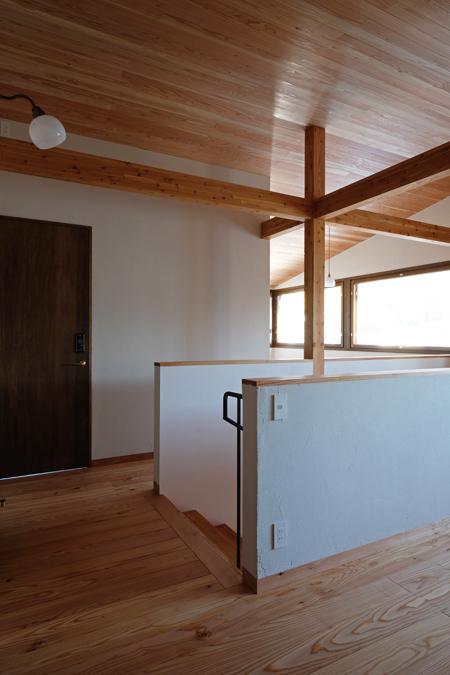 円山と折り重なる屋根の家11