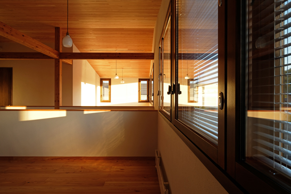 円山と折り重なる屋根の家12