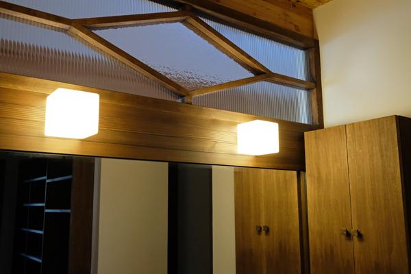 円山と折り重なる屋根の家15