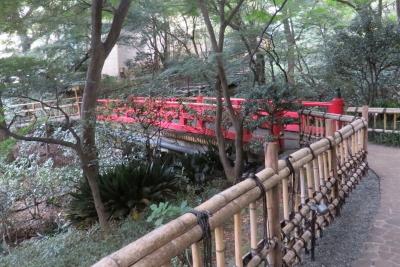 庭にある赤い橋_1